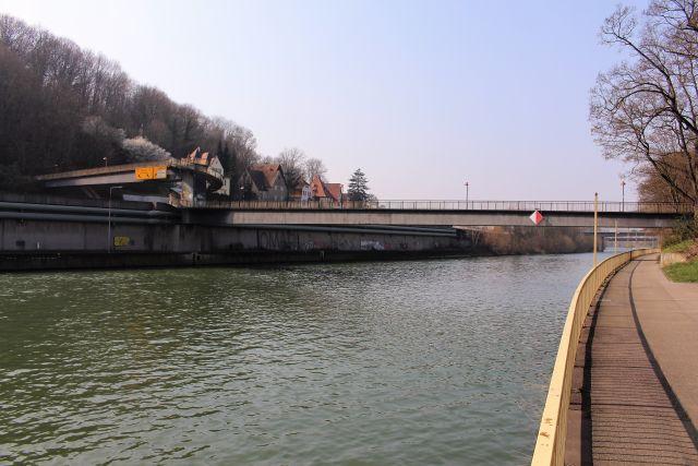 Langer Steg über den Neckar. Links über die Bundesstraße - die entsprechenden Schilder sind zu sehen.