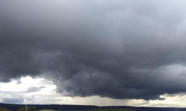 Nahezu schwarze Gewitterwolken ziehen heran.