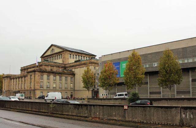 Das Opernhaus von der B14 aus gesehen, daneben das Kulissengebäude in Beton.