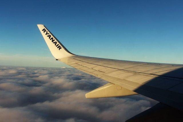 Weiße Flügelspitze eines Flugzeugs mit der Aufschrift Ryanair in blauen Buchstaben.