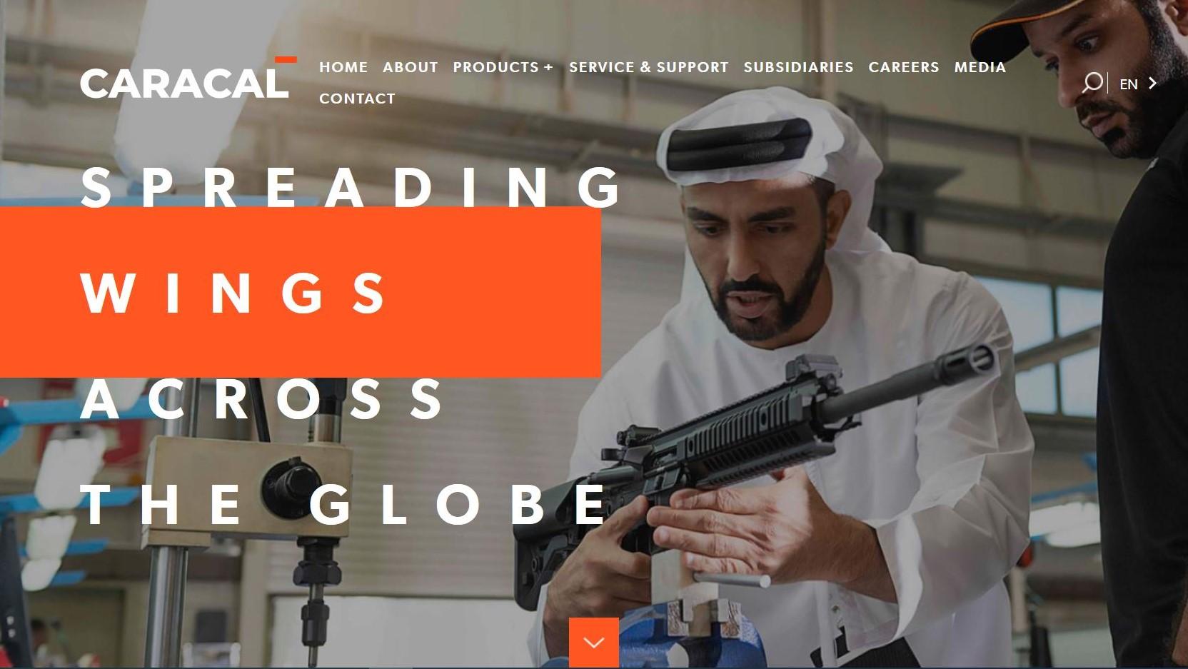 Screenshot aus der Internetseite von Caracal, einem arabischen Rüstungskonzern. Zwei Personen mit einem Gewehr.