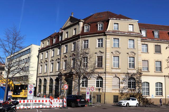 Das Technische Rathaus in Esslingen am Neckar. Ein historischer Bauteil von 1907 und ein Anbau aus den 1960er Jahren, der modernisiert wurde.