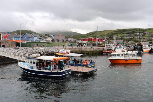 Zwei Boote mit Passagieren im Hafen von Dingle.