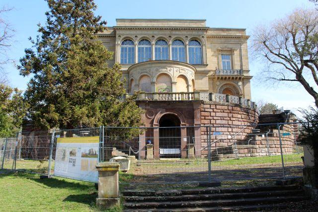 Die Villa Berg wurde in der ersten Hälfte des 19. Jahrhunderts erbaut. Seit Jahren sperren Bauzäune den Zugang ab, viele Fenster sind mit Sperrholz zugenagelt.