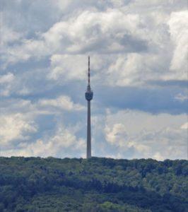 Der Stuttgarter Fernsehturm aus der Ferne aufgenommen. Der oberste Teil ist eine große Antenne. Darunter ein Besucherbereich mit Glasfenstern.