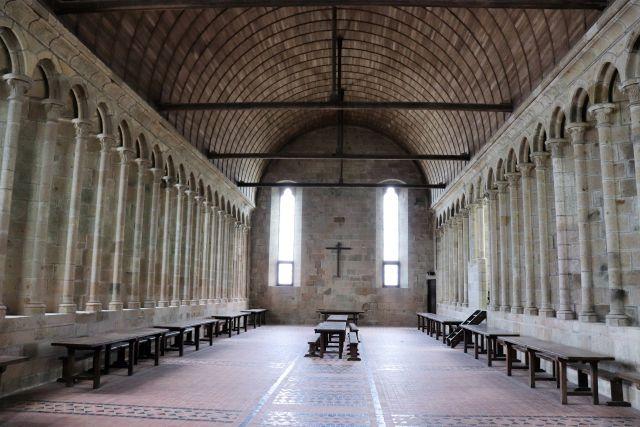 Blick in den langen Speisesaal der Mönche. Die rotbraunen Terrakottaplatten stammen aus dem Jahr 1967/68.