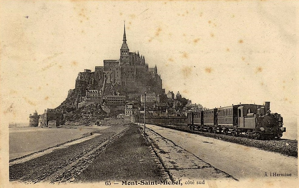 Alte bräunliche Postkarte mit dem Mont-Saint-Michel und einem einfahrenden Dampfzug.