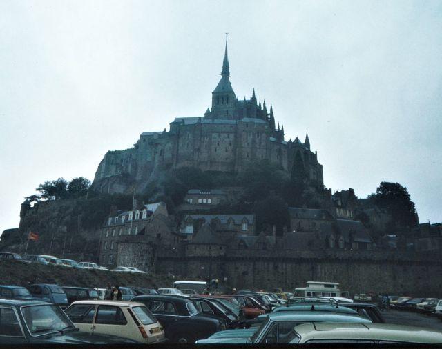 Blick auf den Mont-Saint-Michel Mitte der 1970er Jahre mit zahlreichen geparkten Autos.