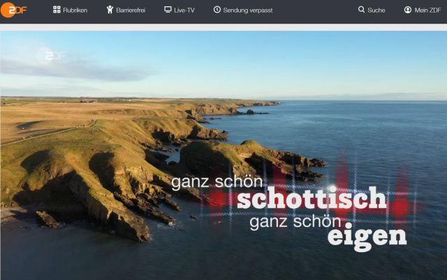 """Küstenszene aus Schottland mit dem Text: . """"Ganz schön schottisch, ganz schön eigen""""."""