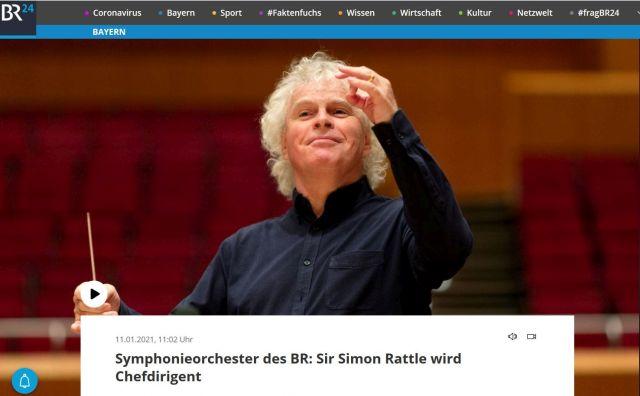 Sir Simon Rattle dirigiert. Er hat eine blonde 'Mähne' und trägt ein schwarzes Hemd.