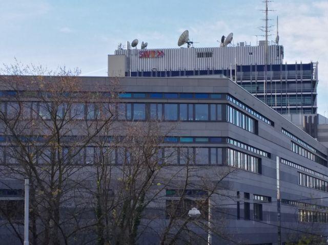 Hauptgebäude des SWR in Stuttgart. Viel Beton und Glasscheiben. Auf dem Flachdach zahlreiche Satellitenantennen.