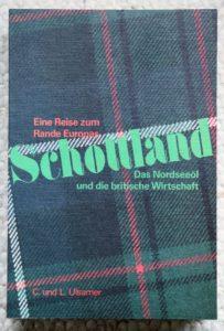 """Buchcover. Die Schrift ist in ein Webmuster - Tartan - eingelegt. """"Schottland, das Nordseeöl und die britische Wirtschaft. Eine Reise zum Rande Europas"""""""