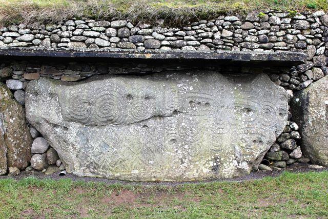 Tonnenschwerer Stein mit eingemeißelten Ornamenten.