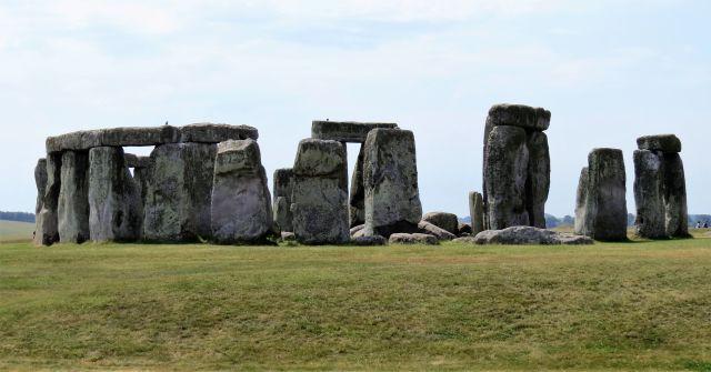 Blick auf Stonehenge, Im Vordergrund eine Grasfläche. Mehrere Meter hoch sind die Steine, teilweiswe liegen Quersteine darauf.