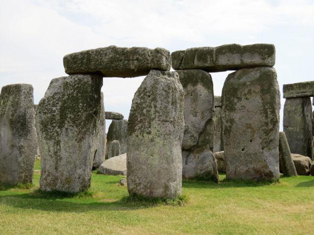 Steine in Stonehenge: Manche wiegen bis zu 50 Tonnen. Querliegende Steine runden die stehenden Felsen ab.