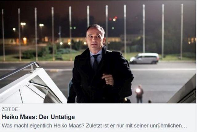 """Heiko Maas beim Einstieg in ein Flugzeug. Text von Zeit online: """"Der Untätige""""."""