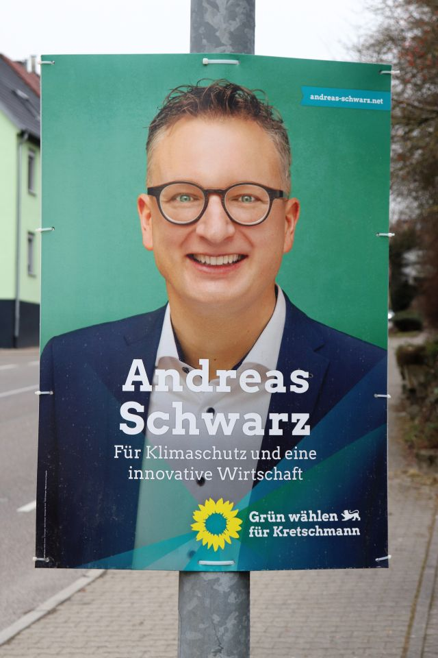 """Andreas Schwar lächelnd mit Brille. Text: Fr Klimaschutz und eine innovative Wirtschaft""""."""