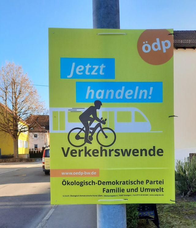 """Kleinformatiges Wahlplakat der ÖDP. """"Jetzt handeln - Verkehrswende"""" als Text."""