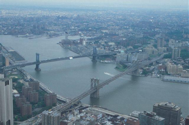 Zwei Brücken in New York zwischen Manhatten und Brooklyn über den East River. Er ist kein Fluss, sondern ein Ästuar mit Verbindung zum Atlantik.