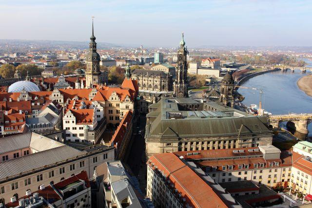 Blick von der Frauenkirche auf die Innenstadt Dresdens. Rechts im Blick die Elbe.