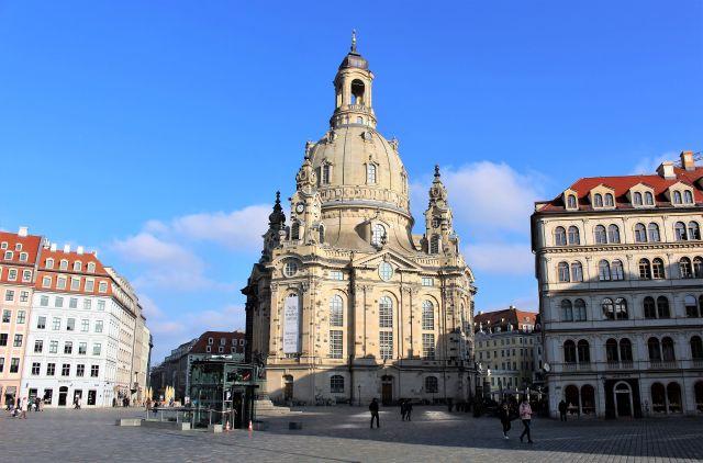 Die Frauenkirche in Dresden umgeben von renovierten Gebäuden.