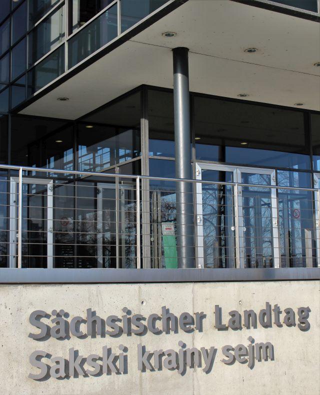 Eingang des Sächsischen Landtags, so die Inschrift. Darunter in sorbisch: Sakski krajny sejm.