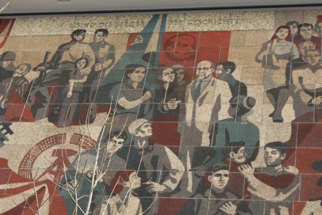 """Wandgemälde am früheren Kulturpalast in Dresden. """"Wir sind die Sieger der Geschichte"""", so der Titel am oberen Bildrand. Dargestellt wird eine kleine 'Geschichte' des Sozialismus aus SED-Sicht mit zahlreichen Personen und Gruppen."""