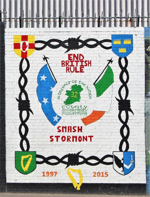 """Wandgemälde mit dem Text """"End british rule - Smash Stormont""""."""