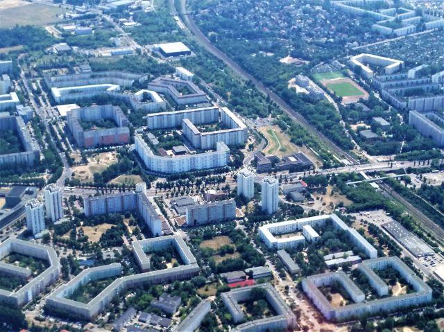 Blick auf Viertel mit großen Wohngebäuden. Aufnahme aus einem Flugzeug.