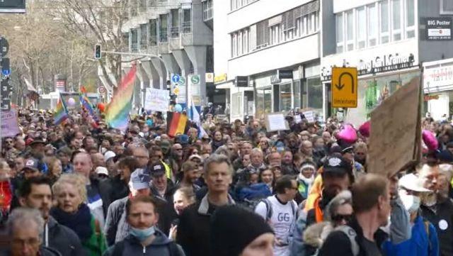 Dichtgedrängt marschieren Menschen bei der 'Querdenker'-Demonstration durch Stuttgart. Sie tragen keine Masken und sind auf Tuchfühlung.