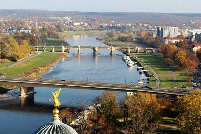 Die Elbe bei Dresden mit mehreren Brücken.