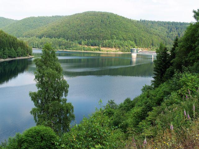 Ein Stausee, umgeben von Wald.