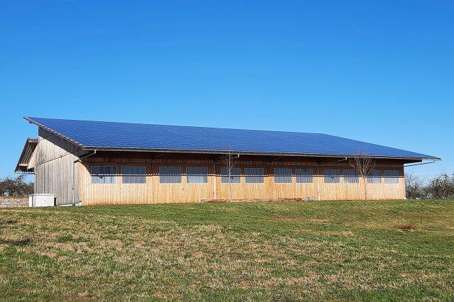 Solaranlage auf einem breiten Scheunendach.