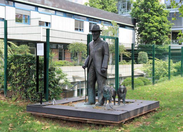 Skulptur Wilhems II. mit seinen beiden Hunden.