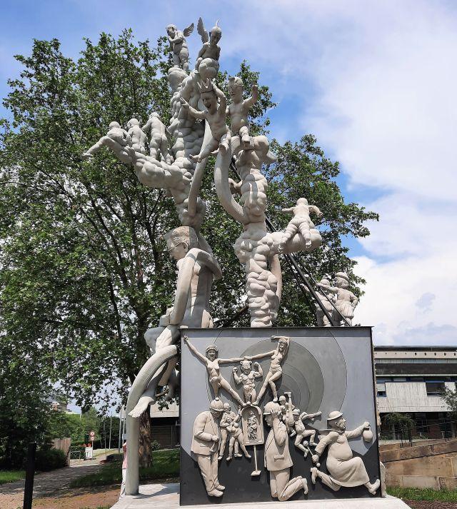 Skulptur von der Seite.