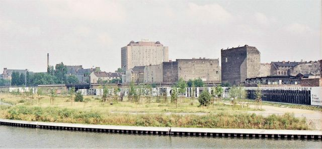 Berliner Mauer, im Hintergrund das Krankenhaus Charité.