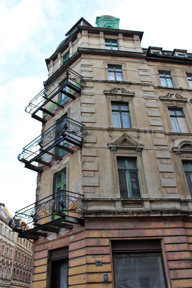 Gebäude aus dem späteren 19. Jahrhundert. Den Balkonen fehlt der Boden.