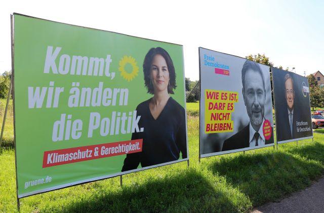 Drei Wahlplakete nebeneinander. Annalena Baerbock, Christian Lindner und Armin Laschet.